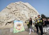 安徽合肥小学生清明节前进献花篮缅怀先烈