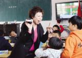 阜阳最美支教女教师:支教结束后学生哭着求她留下来