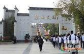 安徽省潜山中学组织学生祭扫烈士陵园