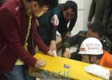 阜阳太和一男学生不慎遭桌钉刺穿手指(图)