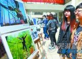 芜湖大学生办摄影展 吸引很多同学参观