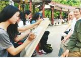 五一将近合肥学院学生为劳模画像 讴歌劳模风采