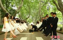 安徽大学毕业生致青春 创意毕业照花样十足