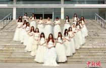 毕业季:安徽大学毕业生穿婚纱拍创意毕业照(图)