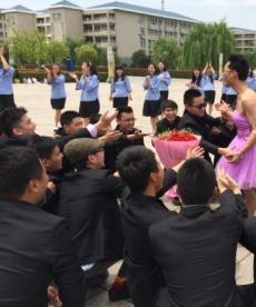 安师大最疯狂毕业照 男生穿粉红裹胸裙被示爱