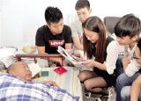 郑州一高校大学生15年接力照顾瘫痪村民
