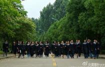 大学映像:每到这个时候总要翻翻帮别人拍的毕业照