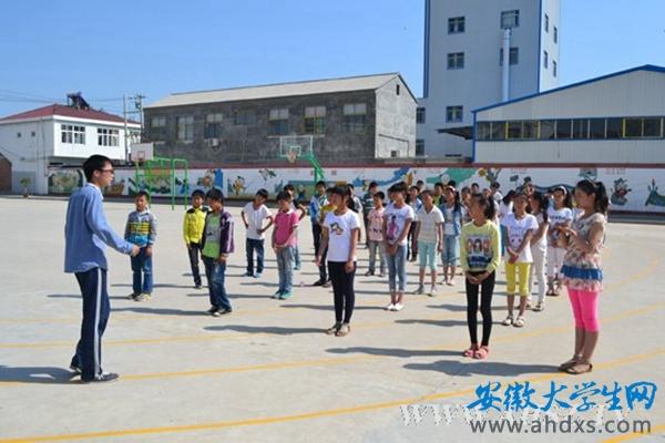 宿州学院20名在校大学生下乡支教 为小学生上音乐美术自然体育课