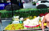男子安农大毕业卖水果:英语砍价可打折 苦练气功街头卖打