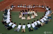 安庆大学生拍个性毕业照 男生围心示爱女生