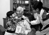 西安96岁老翁为感恩 5年资助26个贫困儿童