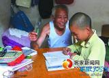 拾荒老人收养孤儿11年 盼给孙子找新家