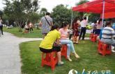 2015安徽高考:考生陆续进考场 学弟学妹考场外送祝福