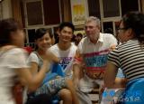 安庆师范学院数百名学生为任教8年外教斯蒂芬送行