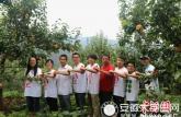 自费支农大学生为四川贫困村水果拍大片