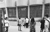 济南大学大一新生被坠落井盖砸死 其母被砸伤