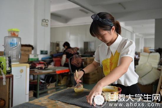 订单多的时候,王颖也和工人们一起加入到生产一线上来。