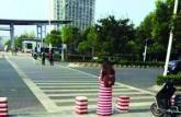 南京高校女生与隔离墩撞衫 化身隔离墩精