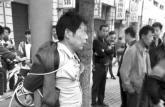 男子骚扰女初中生 被家长绑在电线杆上示众