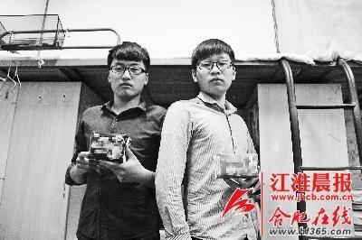 周伟(图左)薛孟举(图右)在大学里面创业外卖卫生巾。