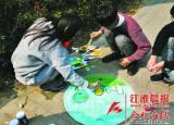 给井盖美颜走进滨湖新区 50多名大学生井盖上作画