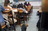 武汉大学学霸狗走红 坐教室内认真学习