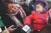三岁女孩被遗弃火车站 妈妈称要去英国留学