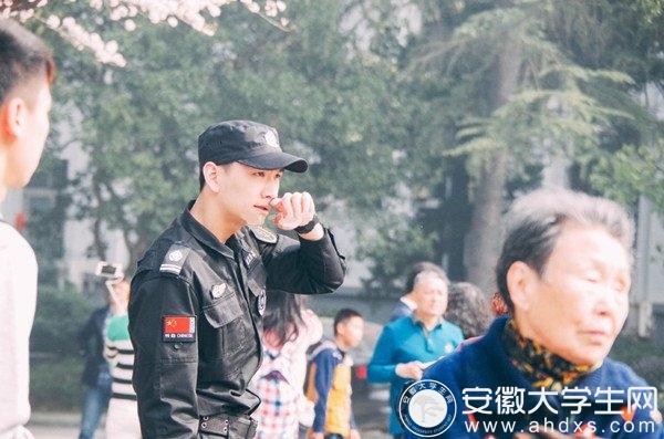 武大樱花节最帅保安 女大学生称其是男神