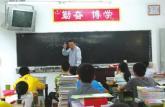 四川轮椅教师手撑讲台上课 最差班1年变第二名