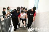 安徽女孩高考前腿部骨折 民警抬其上下楼参加考试