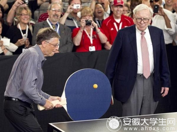 比尔·盖茨和巴菲特一起打乒乓球。资料图