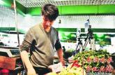合肥菜场来了个直播卖菜的大学生 每天能卖出3000斤