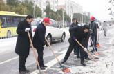 安徽天柱山旅游学校上路扫雪除冰保畅通