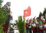 合肥市瑶海区东风小学的学生清明时节祭英烈