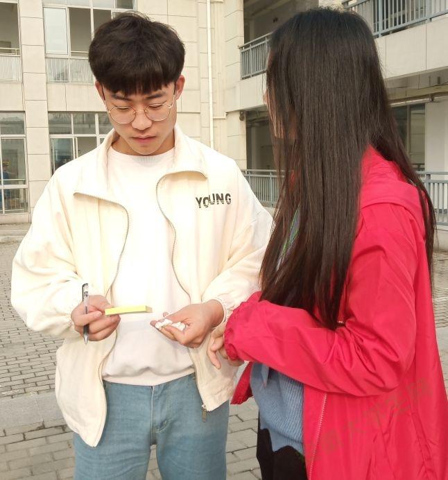 """巢湖学院工商管理学院青协开展""""情暖三月,爱心助考""""志愿活动"""
