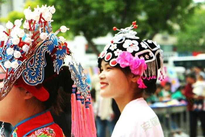 迎祖国70华诞职教周,亳州市领导参观亳州工业学校服装设计成果展!