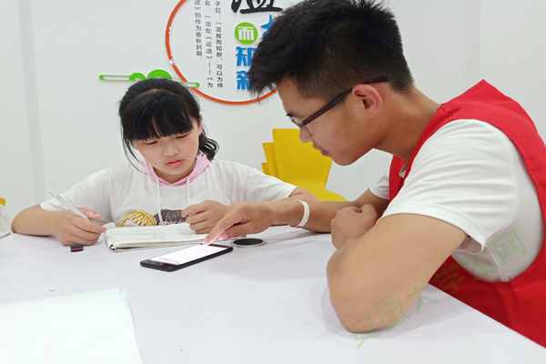巢湖学院化院青协开展萤火虫计划系列活动之四点半课堂