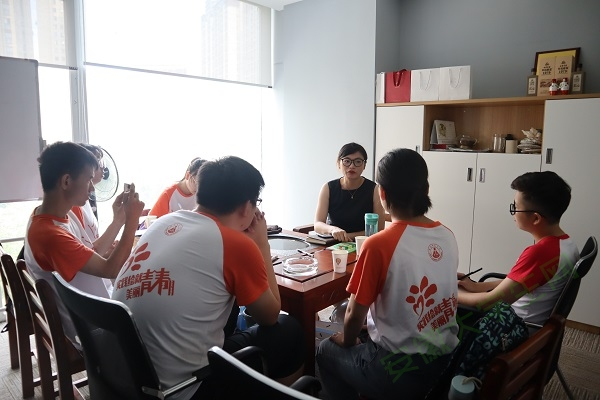 图为队员采访安徽师范大学校友。通讯员 鲍晶晶 摄