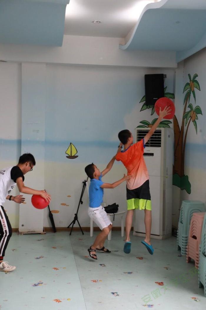 安徽学子走近福利院儿童:用彩色点亮生命之光