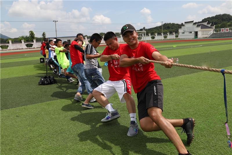 志愿者们分别带领一队小朋友进行拔河比赛。大家都铆足了劲,一边喊着口号一边向后用力,趣味运动会的气氛达到了最高潮。