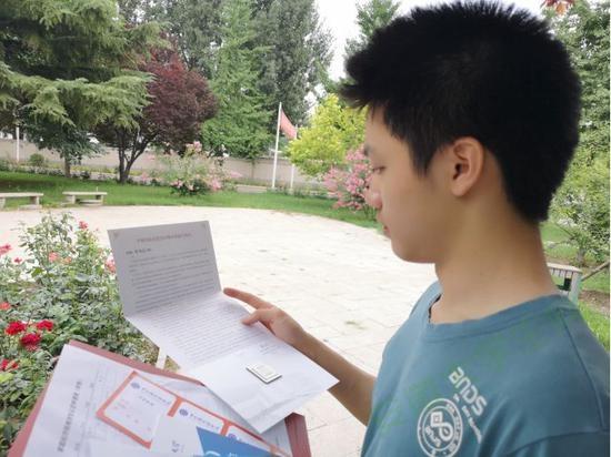 中科院大学录取通知书嵌龙芯芯片 鼓励学生看得更远