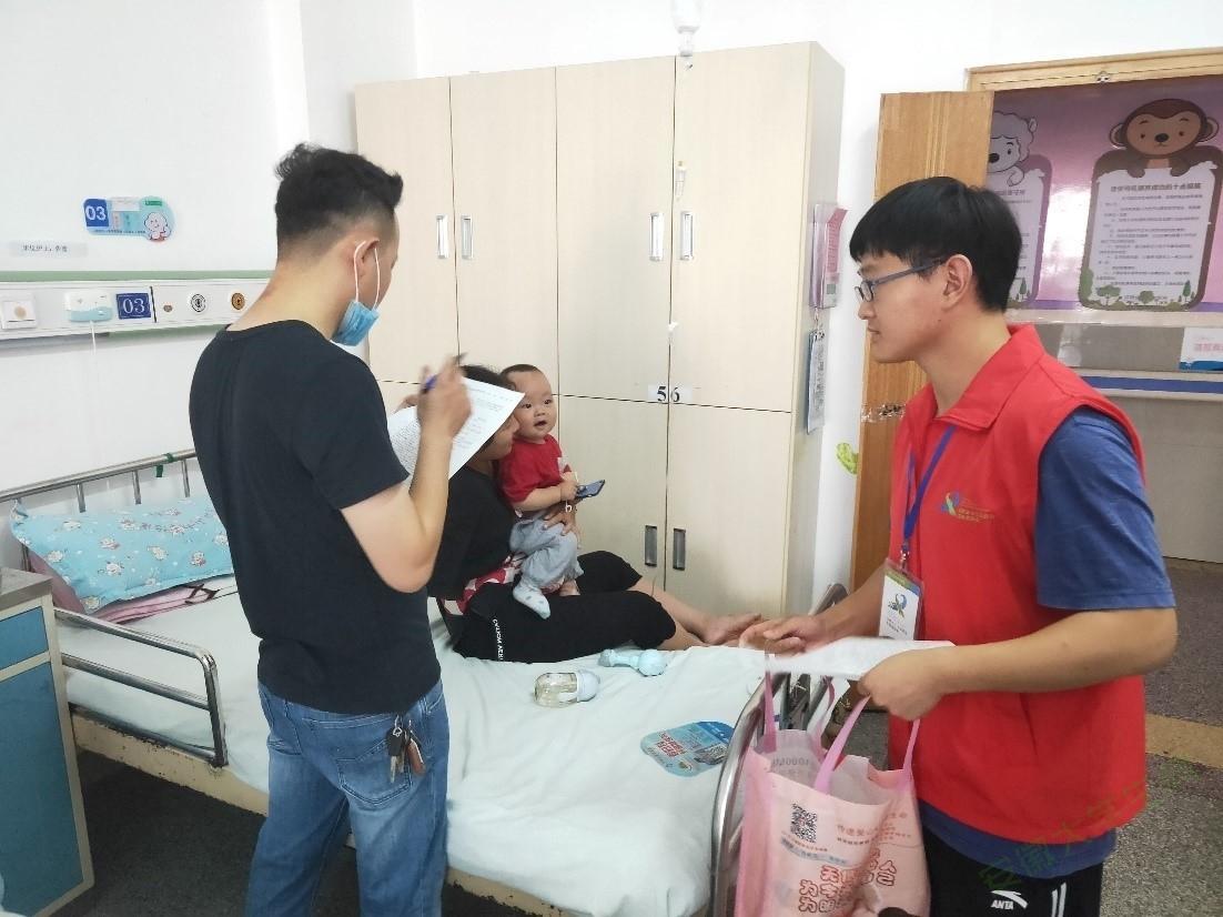 工大材料学子与病人携手共同与病魔共斗争