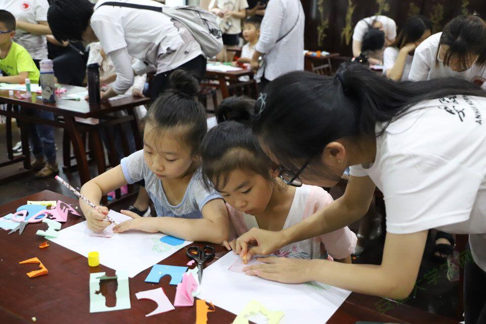 安徽师大学子引剪纸入课堂:寓教于乐中的温情传递