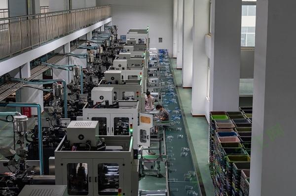 整齐有序的塑料杯机器生产区。通讯员 何华东 摄