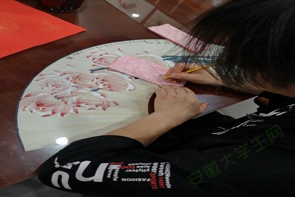 方军化正在手绘剪纸形状。通讯员 李文 摄
