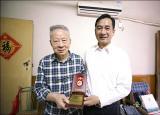 滁州學院向離休老同志頒發慶祝中華人民共和國成立70周年紀念章