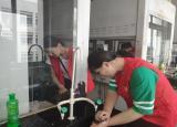 巢湖学院化院青协致知楼实验室开展校园清扫活动
