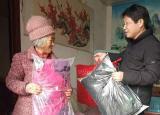 亳州工业学校到杨岗村开展精准扶贫送温暖活动 丰富主题党日内涵