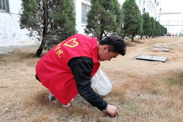 巢湖学院化材学院青协开展校园清扫活动