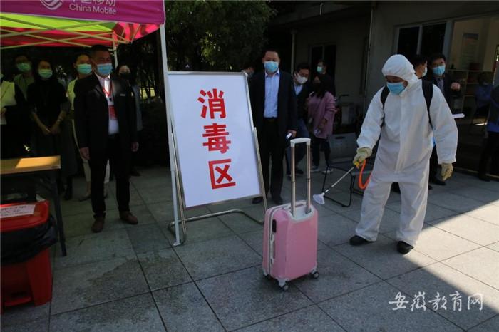 005 进入校园后对学生行李箱进行消毒.jpg